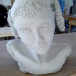 Sculpture tête dans l'atelier